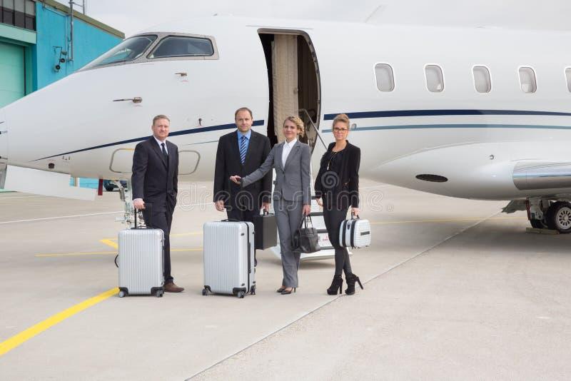 Negócio na frente do plano com bagagem imagem de stock