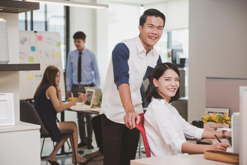 Negócio novo, colegas criativos do desenhista que trabalham no escritório fotografia de stock royalty free