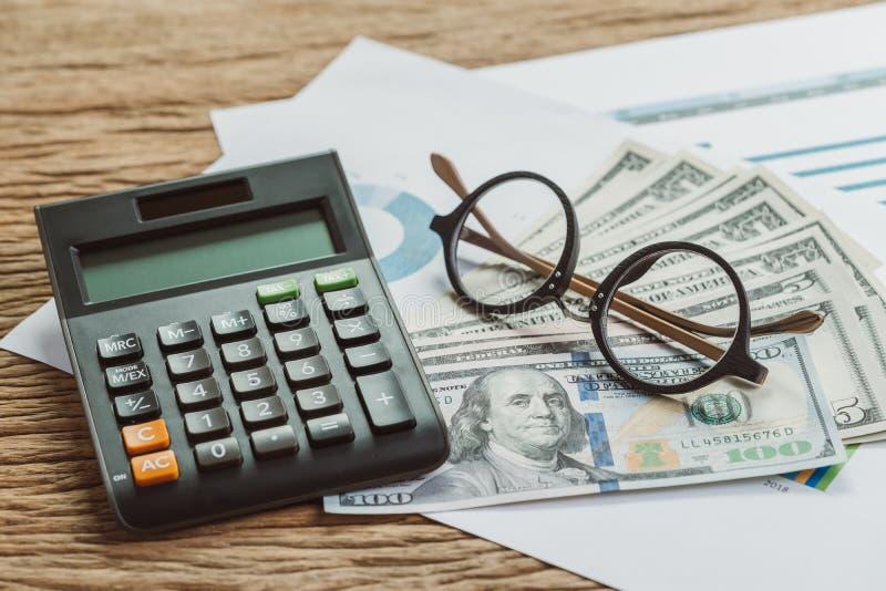 Negócio ou de lucro e de perda da empresa conceito do cálculo, eyeglas imagens de stock