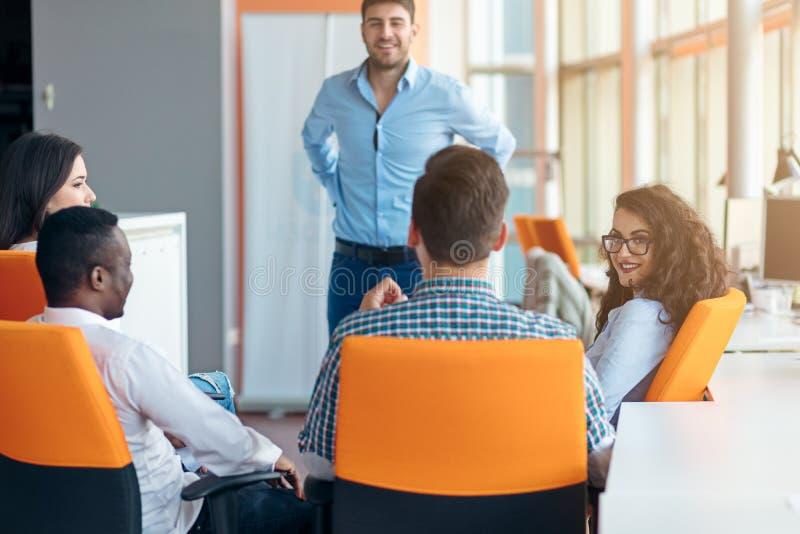 Negócio, partida, apresentação, estratégia e conceito dos povos - equipe a fatura da apresentação à equipe criativa no escritório foto de stock royalty free