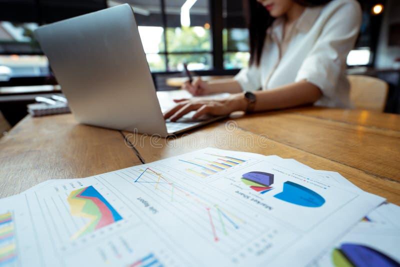 Negócio que aponta a análise do salário do equilíbrio de renda do plano fotografia de stock royalty free