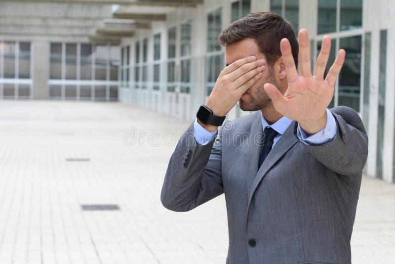 Negócio que cobre seus olhos para evitar a realidade imagem de stock royalty free