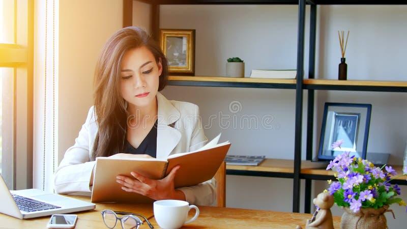 Negócio Startup no conceito de Ásia Mulher de negócio asiática nova foto de stock