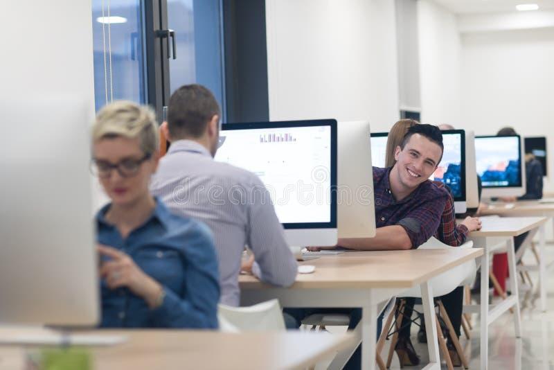 Negócio Startup, programador de software que trabalha no computador de secretária fotografia de stock