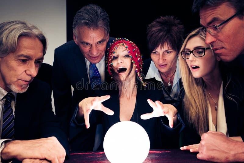 Negócio Team Using um o futuro de Crystal Ball To Look Into imagens de stock