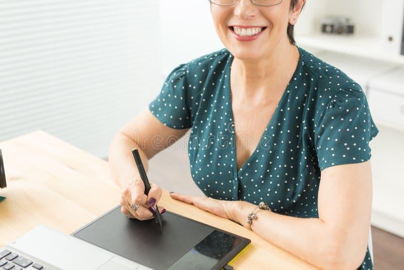 Negócio, tecnologia e conceito dos povos - próximo acima da mulher feliz que usa a tabuleta de gráficos imagens de stock