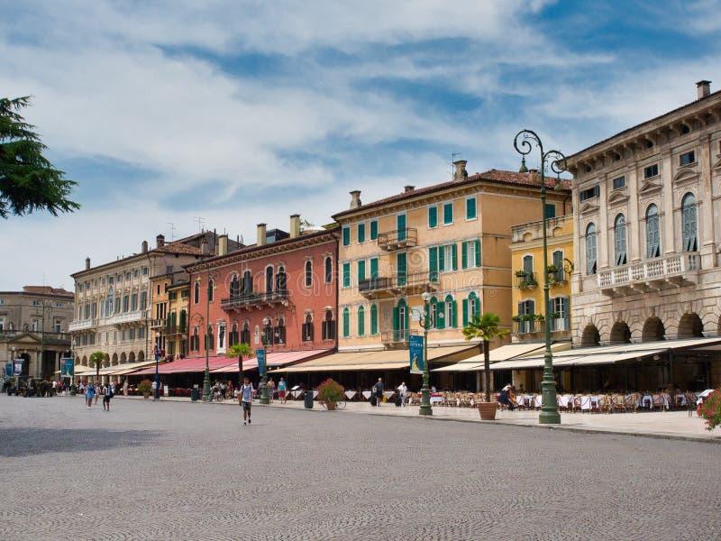 Negócios locais e restaurantes situados na frente de Verona Arena fotografia de stock royalty free