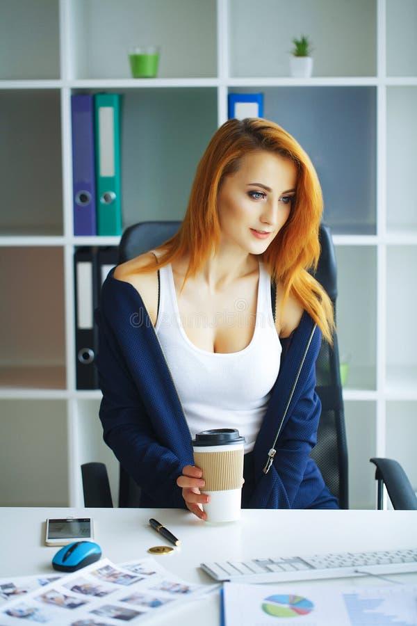 Negócios Retrato da mulher de negócio com cabelo vermelho Moça S imagens de stock royalty free