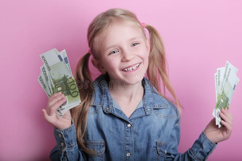 Neg?cio e conceito do dinheiro - menina feliz com euro- dinheiro do dinheiro sobre o fundo cor-de-rosa fotos de stock
