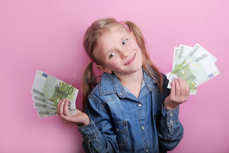 Neg?cio e conceito do dinheiro - menina feliz com euro- dinheiro do dinheiro sobre o fundo cor-de-rosa imagens de stock