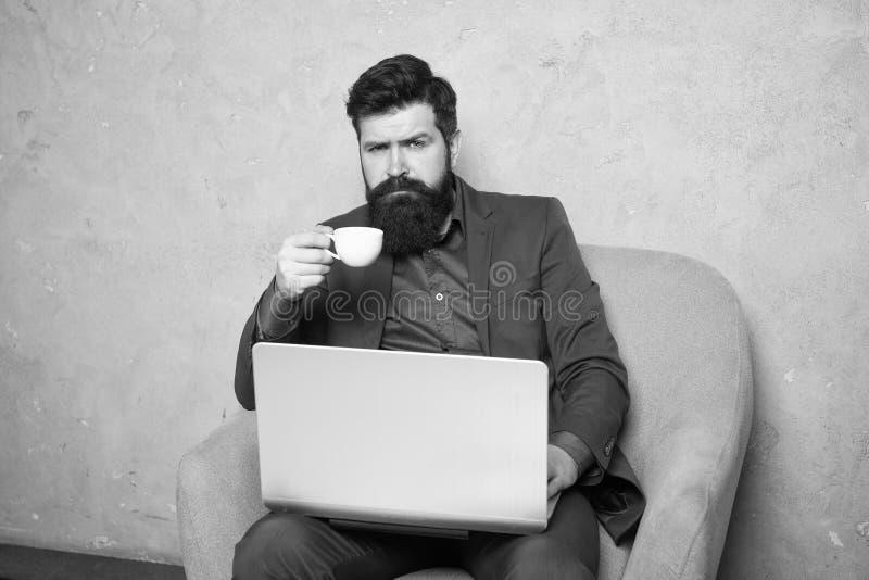 Neg?cio a multitarefas Homem de neg?cios moderno Homem farpado O moderno maduro tem a barba Trabalho do homem de neg?cios no port imagem de stock royalty free