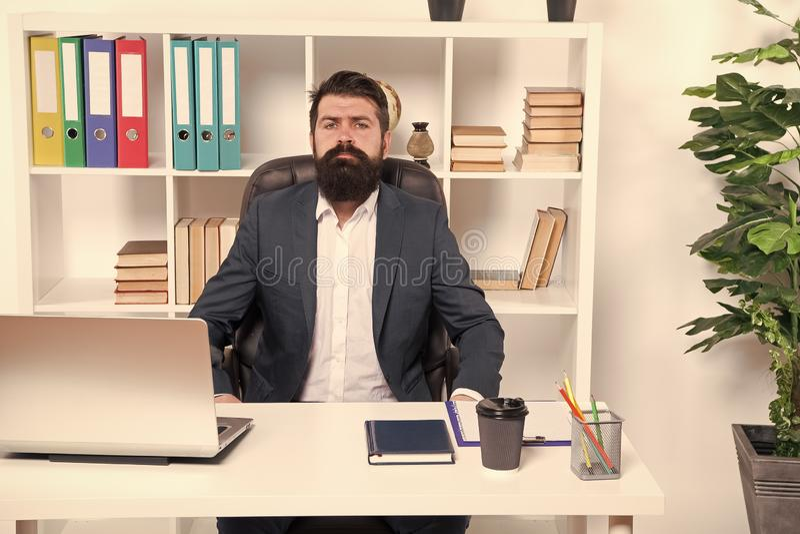 Neg?cios Homem de neg?cios moderno Homem farpado Moderno maduro com barba Forma masculina no escrit?rio para neg?cios Brutal segu imagem de stock