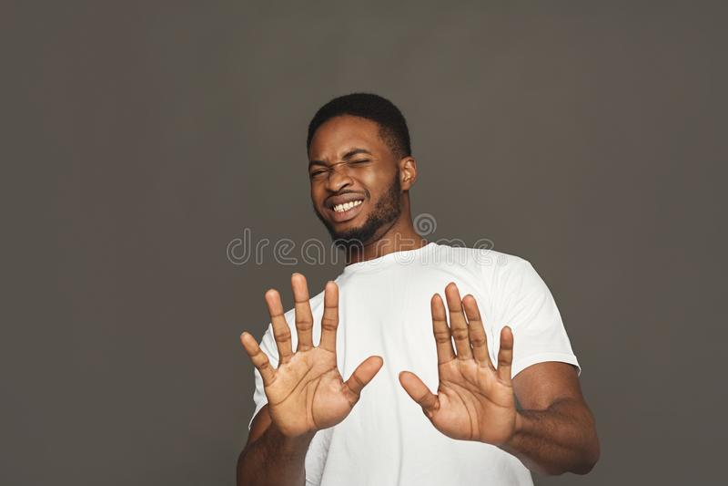 Negativ mänsklig sinnesrörelse, svart man som uttrycker avsmak royaltyfri foto