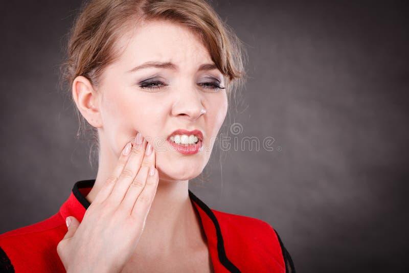 Negatywna emocja Kobieta ma ząb obolałość zdjęcia royalty free