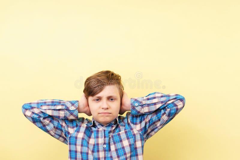 Negeer, luid geluid, irritatie, tienercrisis royalty-vrije stock afbeelding