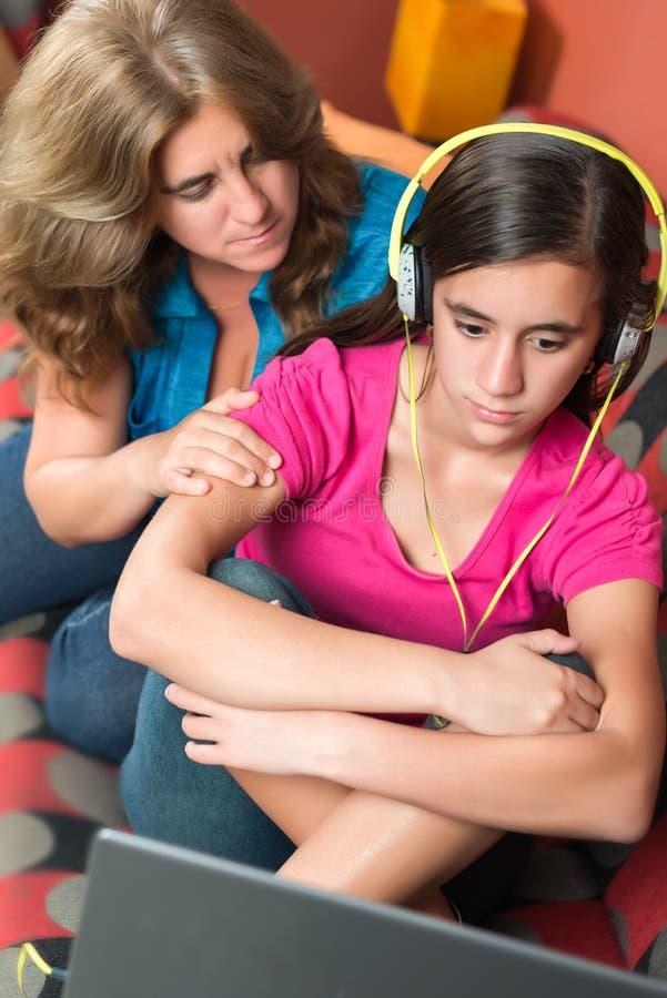 Negeert de Internet gewijde tiener haar ongerust gemaakte moeder stock afbeeldingen