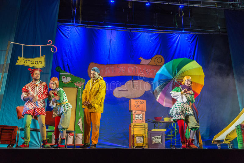 Negev öl-Sheva, Israel - skådespelareteater av judiska barn i färgrika dräkter på etappen av slotten av ungdom arkivfoton