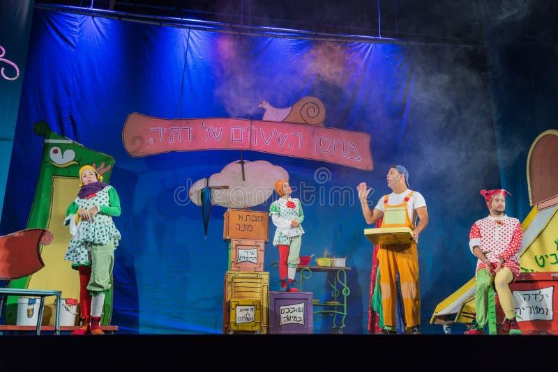 Negev, bier-Sheva, Israël - Actoren de mannen en de vrouwen op het stadium in de kinderen s spelen met decoratie stock afbeeldingen
