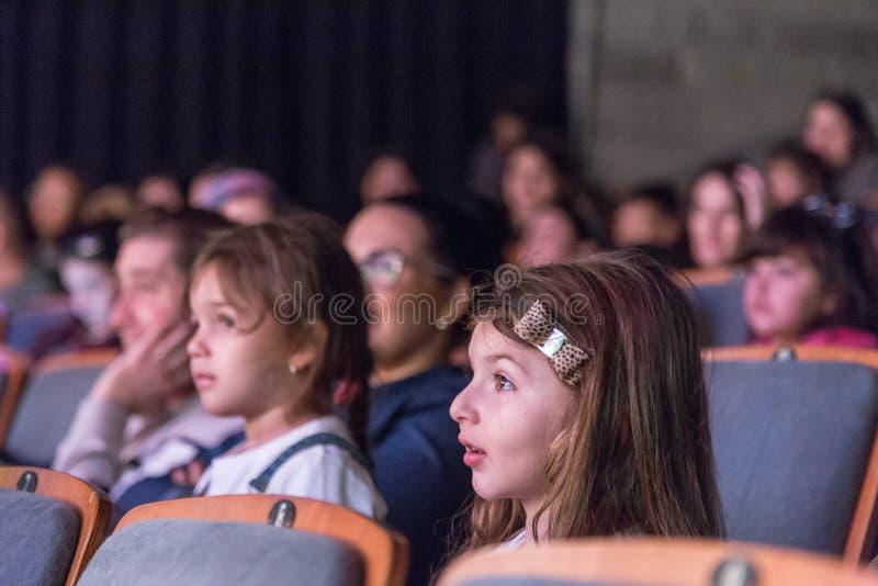 Negev, Bier-Sheva, Israel - Kinder - das Publikum im Konzertsaal mit grauen Stühlen lizenzfreie stockbilder