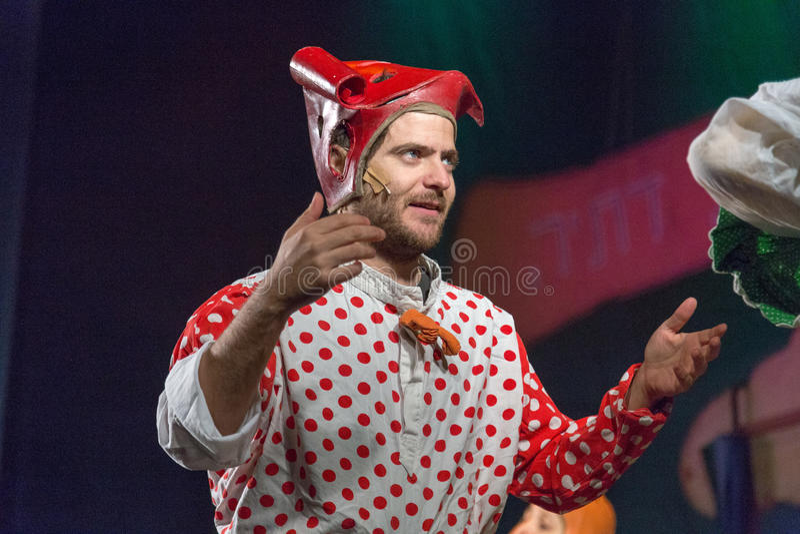 Negew, piwo młodość pałac, - Męski aktor w czerwonej nakrętce z czerwonymi polek kropkami i bluzka - Izrael - obraz stock