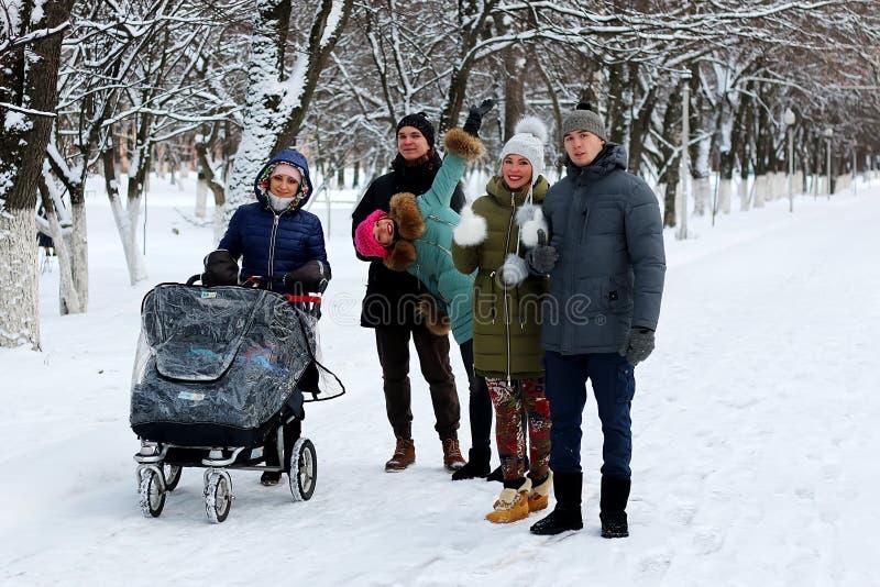 Negli amici di inverno con un passeggiatore fotografie stock libere da diritti
