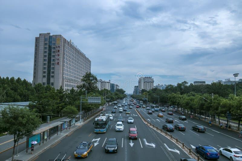 Negligenciando a rua changan do leste, Pequim da passagem superior imagem de stock