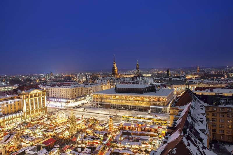 Negligencie o mercado do Natal da torre da igreja em Dresden Alemanha foto de stock