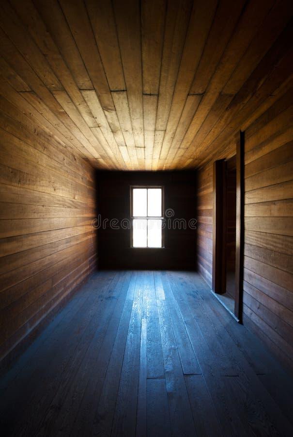 Negligenza abbandonata spettrale di legno antica della Camera dell'azienda agricola fotografia stock