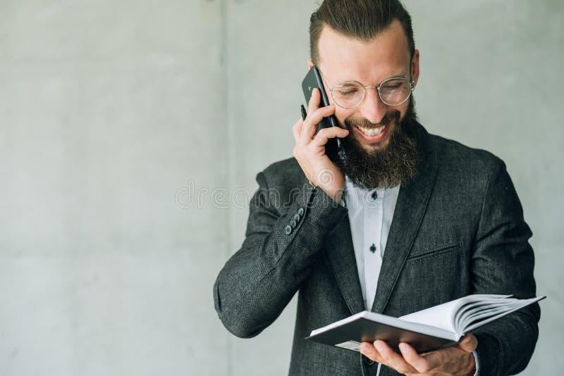 Negociación del negocio de la comunicación del teléfono de la charla del hombre imagen de archivo libre de regalías
