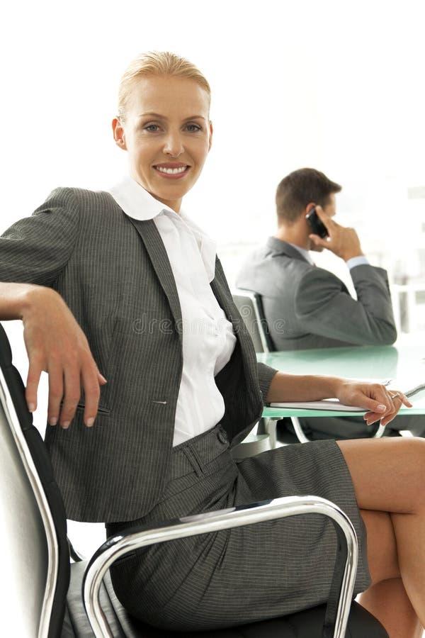 Negociación del negocio en el teléfono fotos de archivo