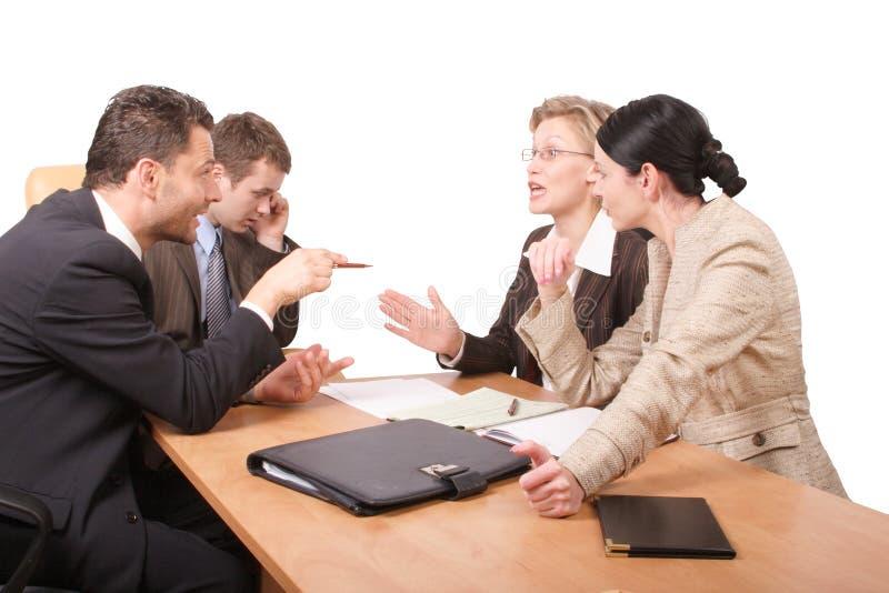 Negociaciones del asunto - 2 hombres 2 mujeres - aisladas imagen de archivo