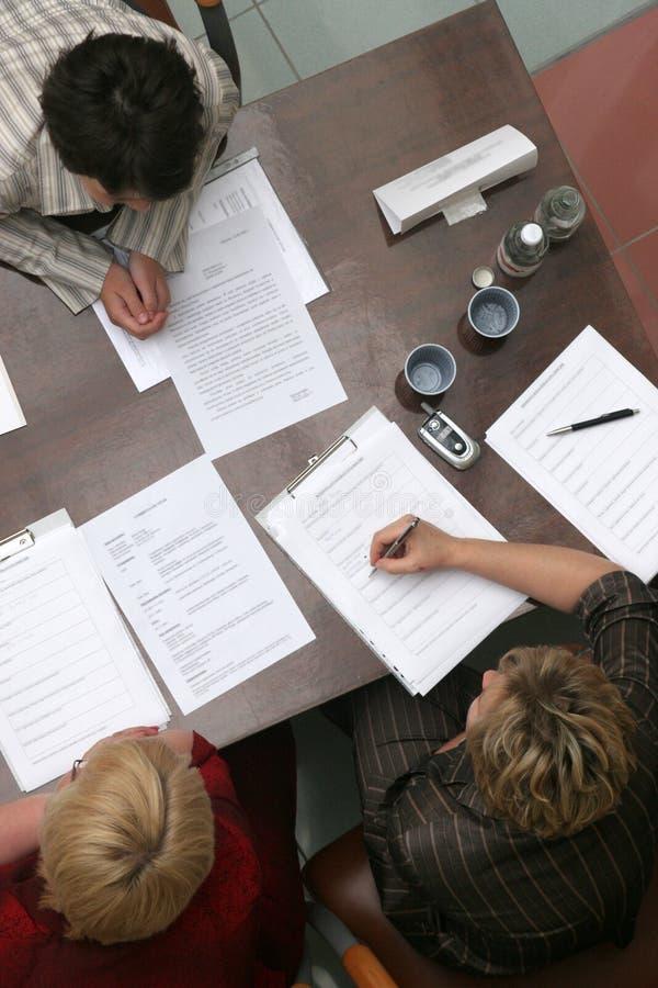 Negociaciones en el escritorio imagenes de archivo