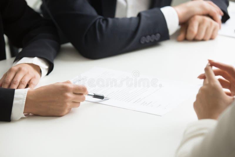 Negociaciones sobre los términos de contrato concepto, mano que señala en el docu fotos de archivo