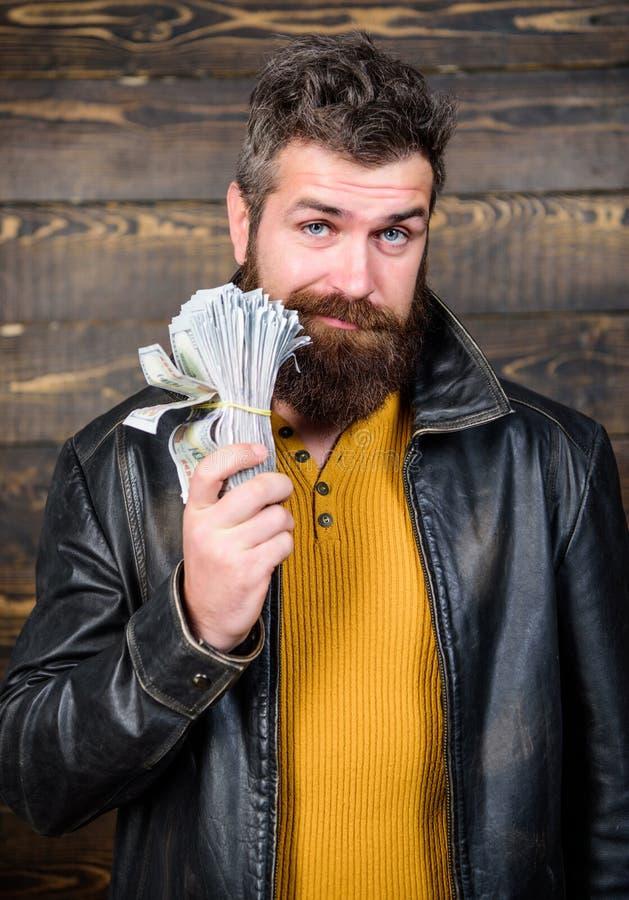 Negociante da máfia do indivíduo com lucro do dinheiro O homem brutal tem o dinheiro do dinheiro Riqueza e bem estar Desgaste far fotografia de stock royalty free