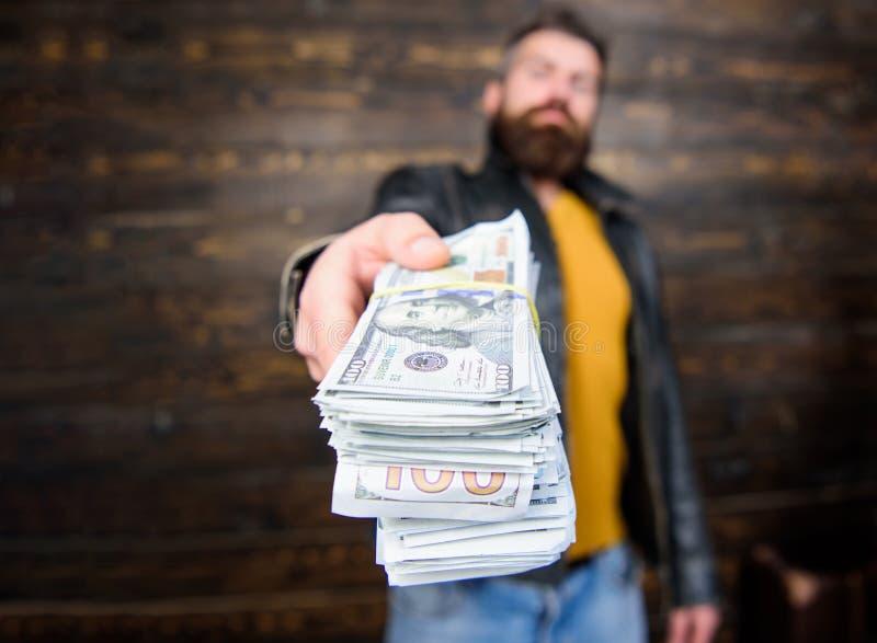 Negociante da máfia do indivíduo com lucro do dinheiro O homem dá o subôrno do dinheiro do dinheiro Riqueza e bem estar Negócio d fotos de stock