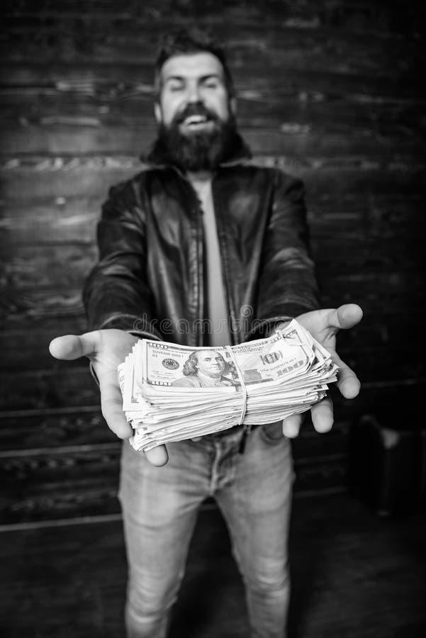 Negociante da m?fia do indiv?duo com lucro do dinheiro Casaco de cabedal farpado brutal do desgaste do moderno do homem e para gu imagens de stock royalty free