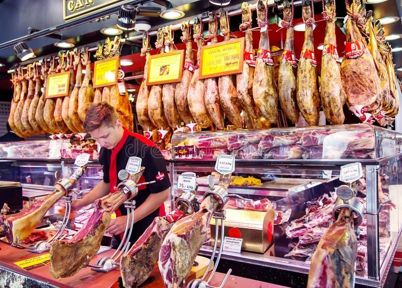 Negociante espanhol novo que corta o jamon do iberico e do serrano fotografia de stock