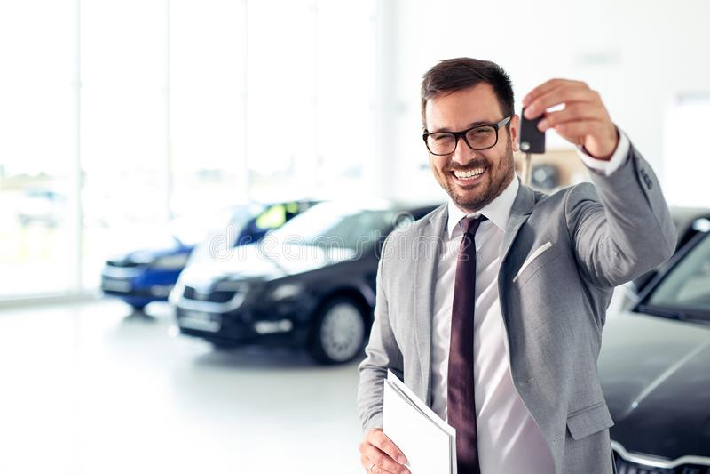 Negociante feliz que guarda chaves do carro foto de stock royalty free