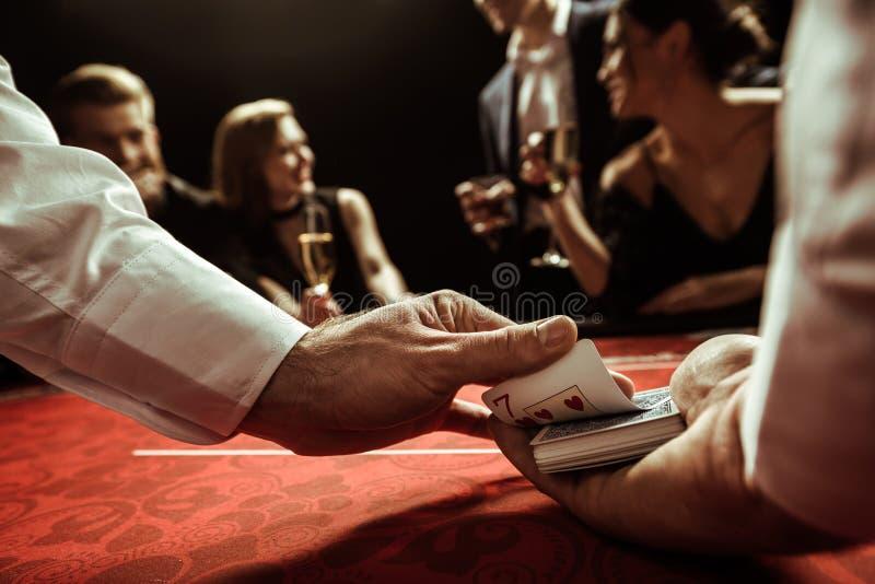 Negociante que baralha cartões nas mãos fotografia de stock royalty free