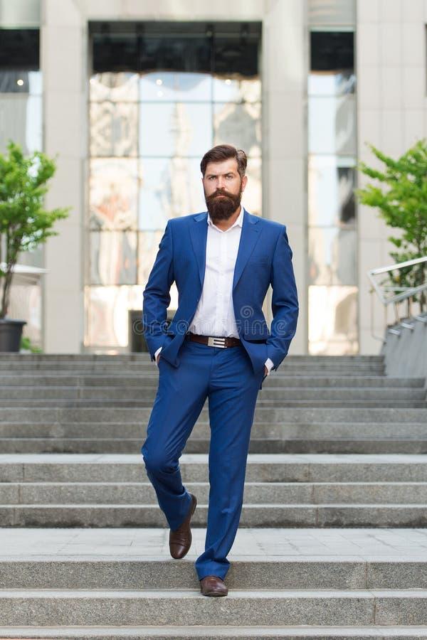 Negocio acertado del fundador Conquiste el mundo del negocio Hombre barbudo que va a trabajar Motivado para el éxito Hombre de ne imágenes de archivo libres de regalías