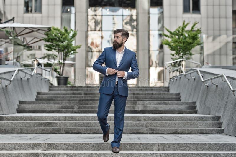 Negocio acertado del fundador Conquiste el mundo del negocio Motivado para el éxito Hombre de negocios en ciudad moderna Principi foto de archivo libre de regalías