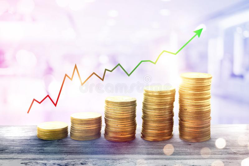 negocio cada vez mayor de la pila de la moneda del dinero finanzas e inversión c de la carta imagenes de archivo