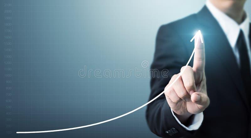 Negocio conmovedor del crecimiento o del aumento del gráfico de punto de la mano del hombre de negocios fotos de archivo