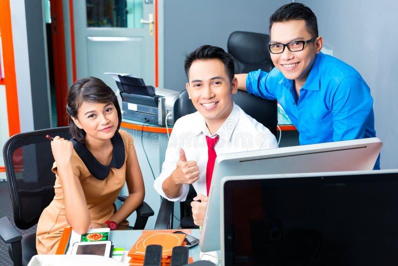 Negocio creativo Asia - Team Meeting en oficina imagenes de archivo