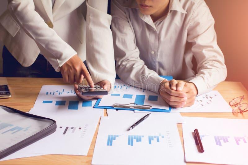 Negocio de Asia usando el punto de reunión del smartphone para discutir, para planear y para trazar la subida y la caída de la ec fotografía de archivo