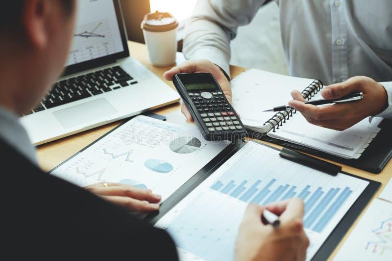 negocio de Co-trabajo Team Consulting que hace frente a la inversión de planificación del análisis de la estrategia y que ahorra  imagen de archivo