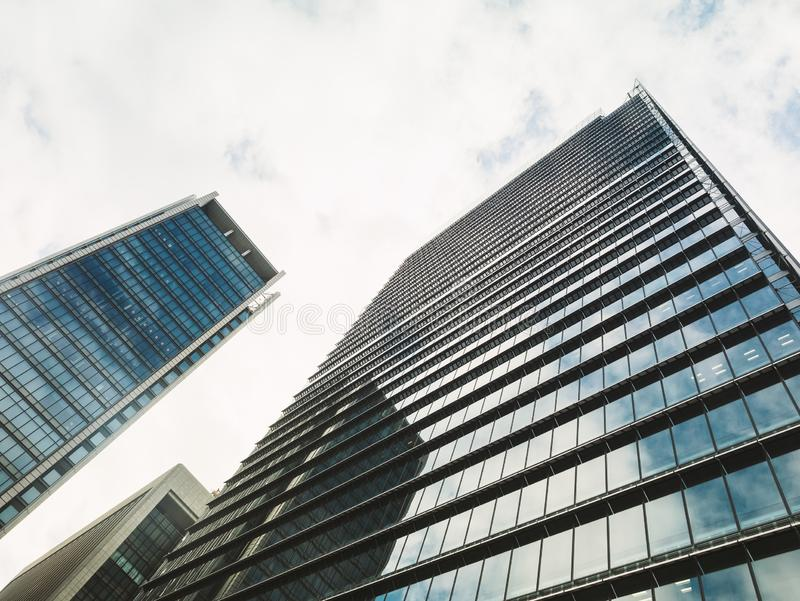 Negocio de cristal moderno constructivo moderno de la oficina de la fachada del detalle de la arquitectura fotos de archivo libres de regalías