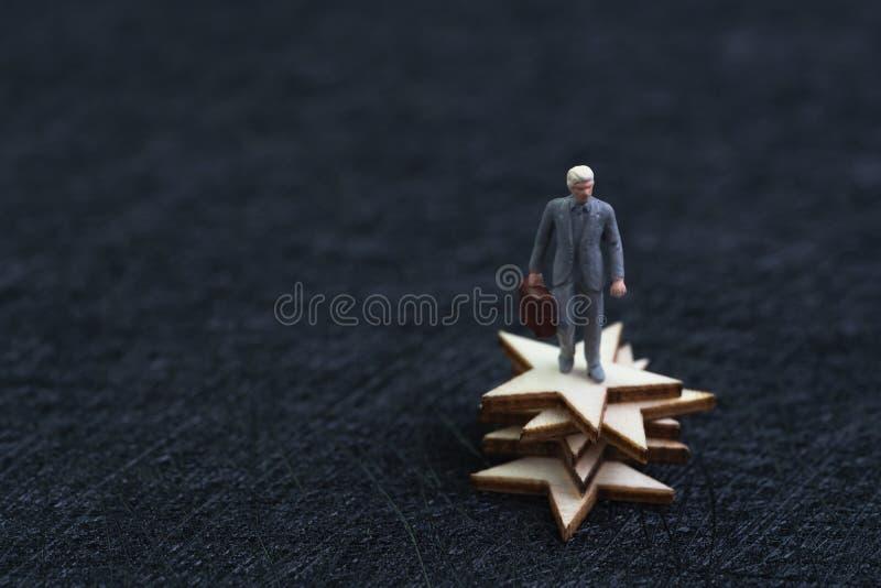 negocio de 5 estrellas, el ganar o concepto de la satisfacción de la excelencia, figura miniatura cartera del éxito de la tenenci imagen de archivo