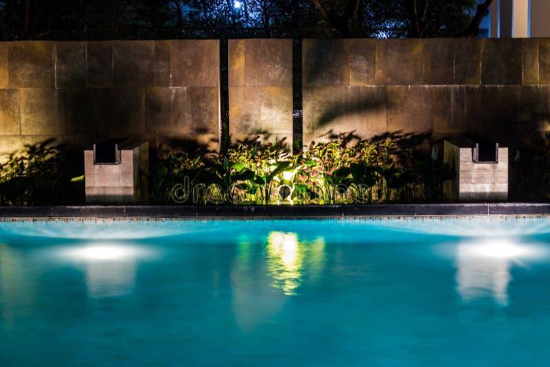 Negocio de la iluminación para la piscina de lujo del patio trasero Forma de vida relajada con diseño contemporáneo de los profes fotos de archivo libres de regalías