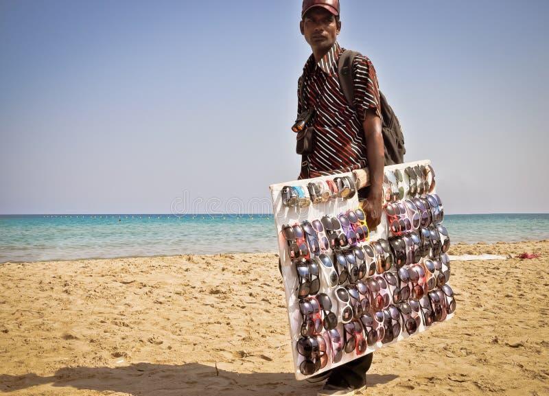 Negocio de la playa Vendedor de las gafas de sol foto de archivo libre de regalías